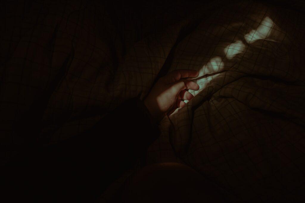 En raison de leur nature spectaculaire pour celui qui les vit, les paralysies nocturnes peuvent faire peur. Dans le cas de paralysie du sommeil, on parle alors d'atonie musculaire caractérisée par la diminution voire la disparition du tonus musculaire qui apparaît en phase paradoxale du sommeil ou lors de relaxation